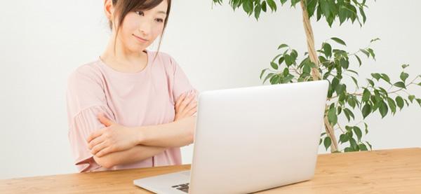 パソコンと向き合い悩む女性